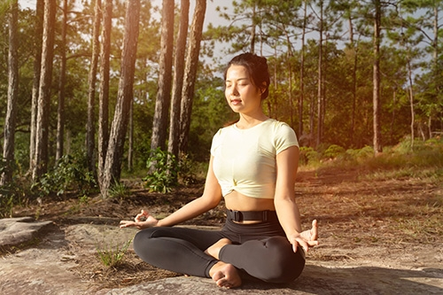 mediterende vrouw in bos